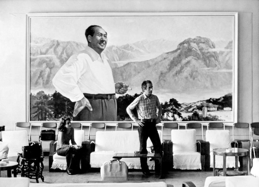 Микеланджело Антониони поворачивается спиной к председателю Мао