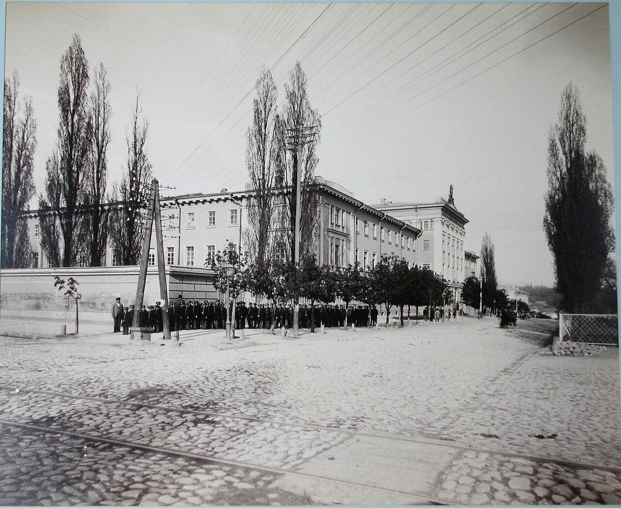 03. Гимназисты у здания Первой Киевской гимназии