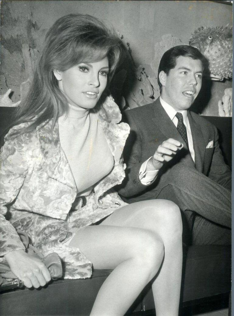 1967. Ракель Уэлч прибывает в Орли с Патриком Кертисом