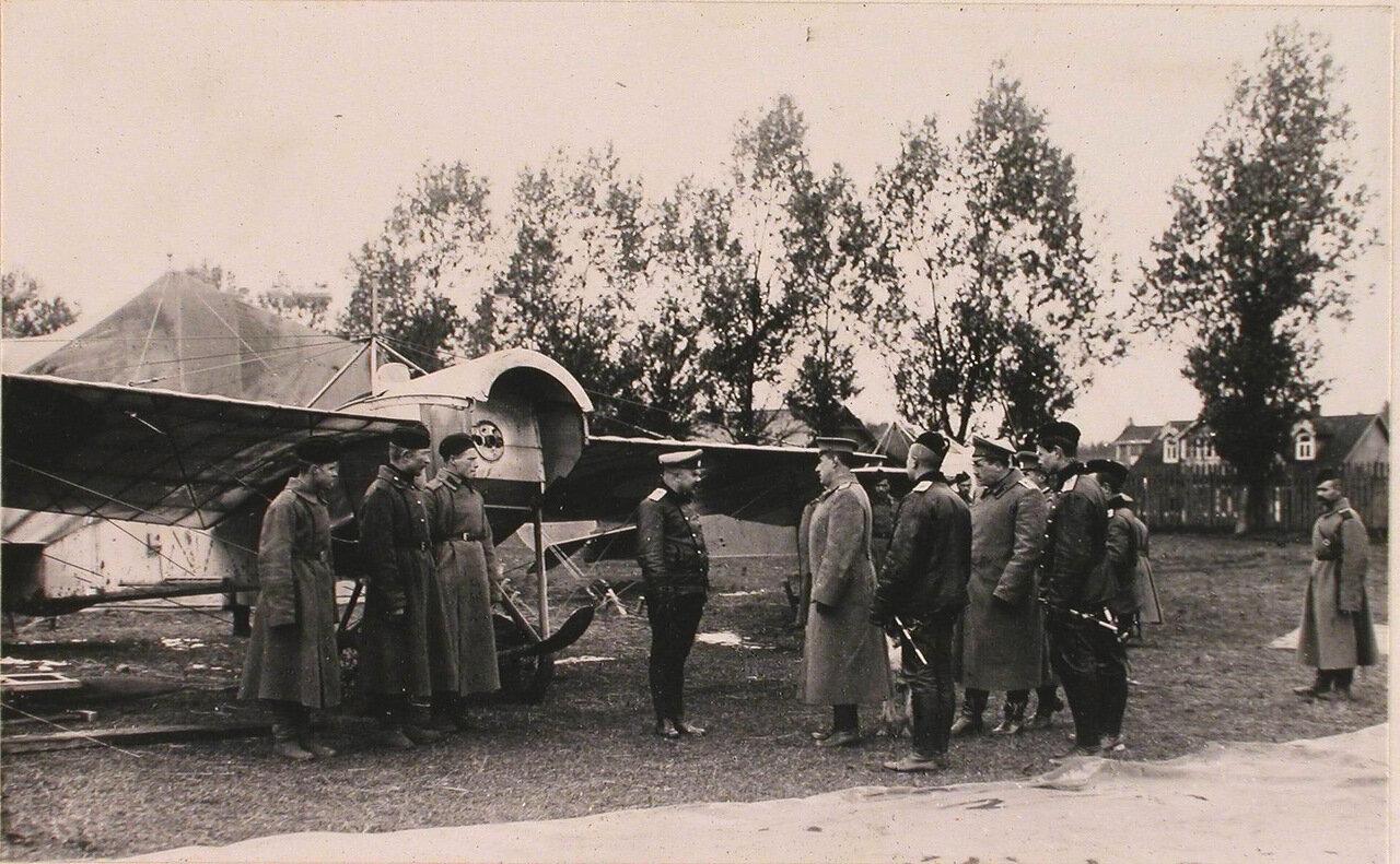 44. Генерал Фогель (в центре) и сопровождающие его офицеры за осмотром летательных аппаратов на аэродроме во время инспектирования 5-ой армии при формировании V-го авиадивизиона