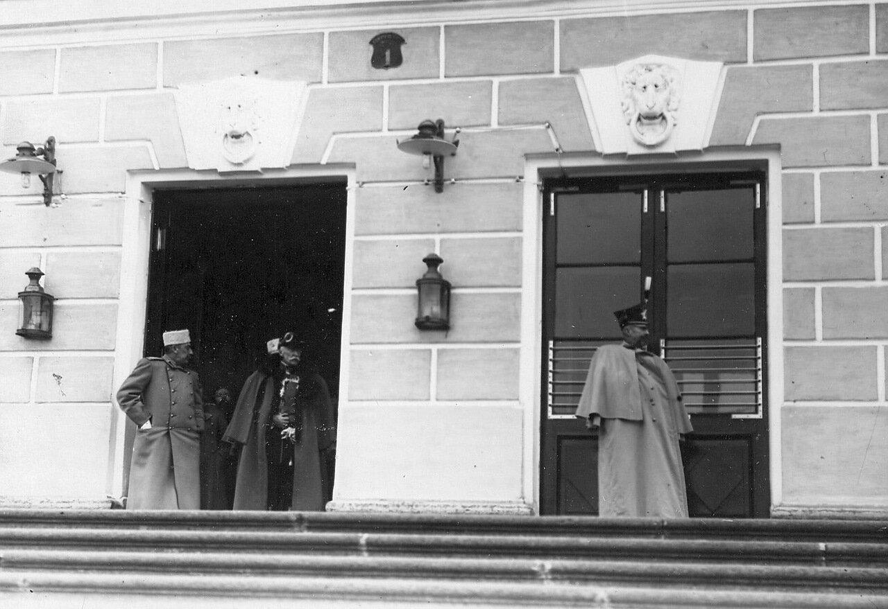 06. Выход сенатора из подъезда здания Сената. 1911