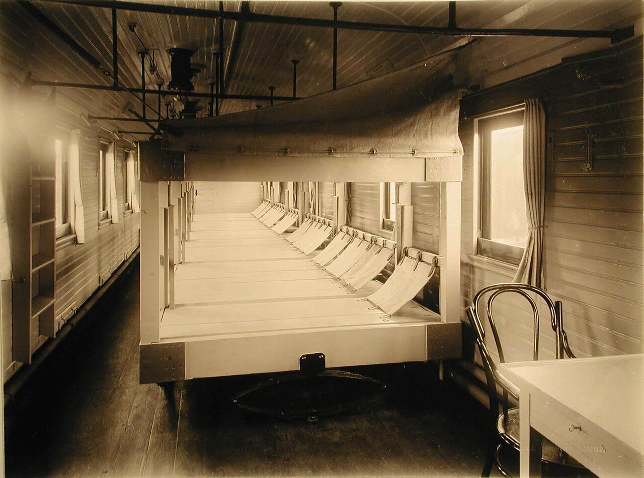 05.Внутренний вид одного из вагонов III класса на 28 мест со станками Коптева на рессорах для легко больных