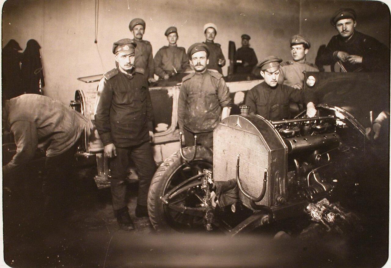 14. Группа солдат и офицеров в автомобильной мастерской авиароты. Псков