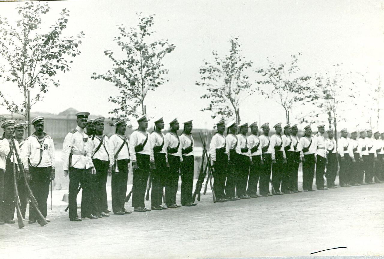 33. Почетный караул моряков Балтийского флота на набережной в день спуска корабля