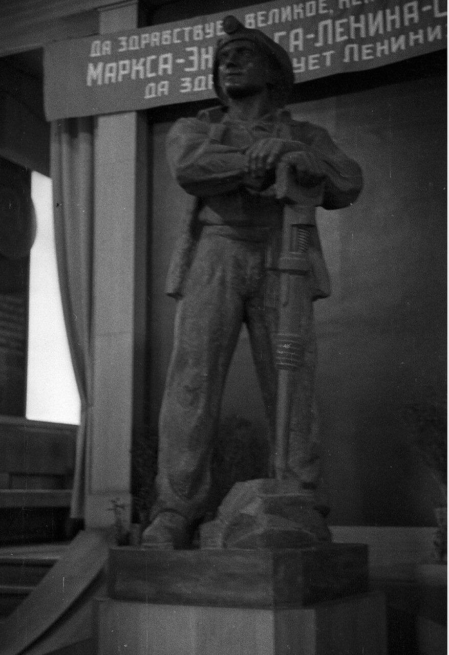 63. Статуя «Стахановец»