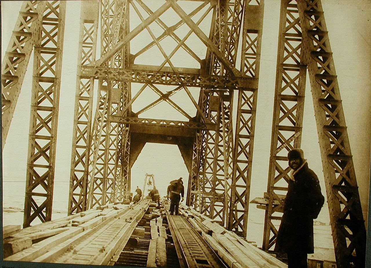 20. Рабочие за сборкой пролёта №9 моста через р.Зею