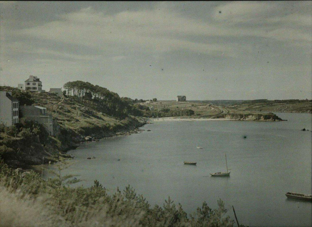 1913. Вид прибрежного ландшафта с лодками гостиницами