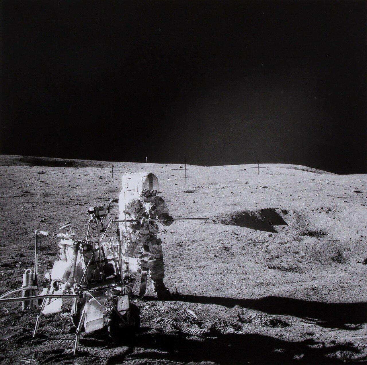 Астронавты направились к близлежащему кратеру Коун. Во время остановки с помощью трубки-пробоотборника была взята колонка грунта с глубины 45 см. Заглубить трубку на полную длину (110 см.) не удалось, мешали твёрдые породы. На Снимке: Алан Шепард собирает основную трубу на станции А