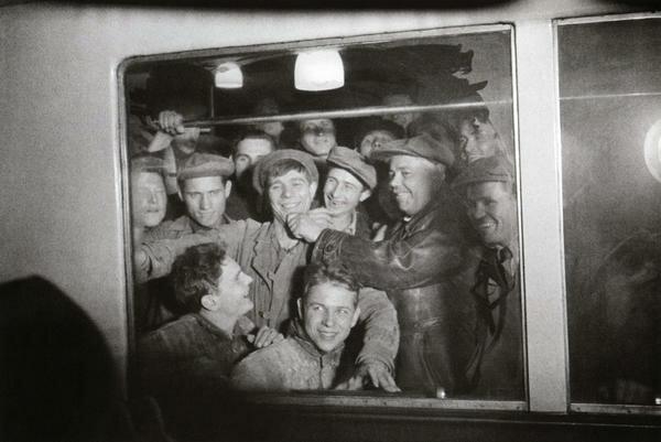 Метростроевцы - первые пассажиры метро. 1935 г. Фото Ивана Шагина
