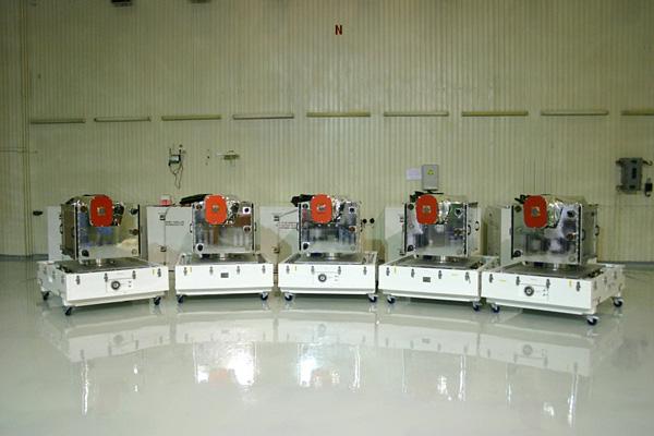 Запуск пяти космических аппаратов RapidEye ракетой-носителем «Днепр». 5 спутников RapidEye с полезным грузом (камерами) в чистовой комнате Байконура © MDA