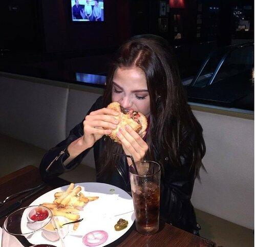 Алеся Кафельникова показала, как борется с анорексией