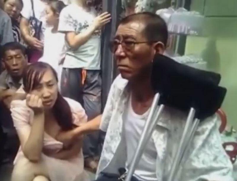 Китаец предсказывает девушкам будущее, щупая их за грудь