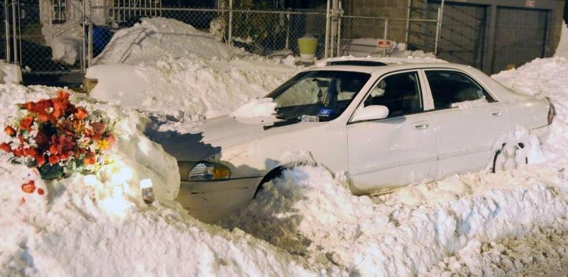 Пока отец чистил снег, мама и двое детей умерли в машине