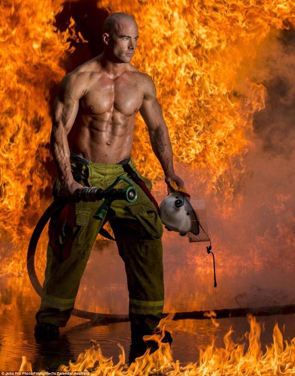 Огненный бэкстейдж: фотографии со съемок благотворительного календаря с участием раздетых пожарных