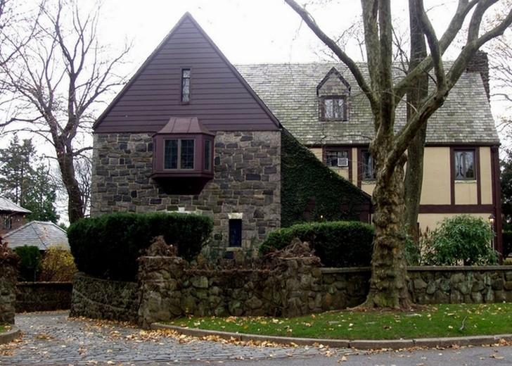 Резиденция Корлеоне была настоящей и находилась на Стейтен-Айленд. Резиденция была выставлена на про