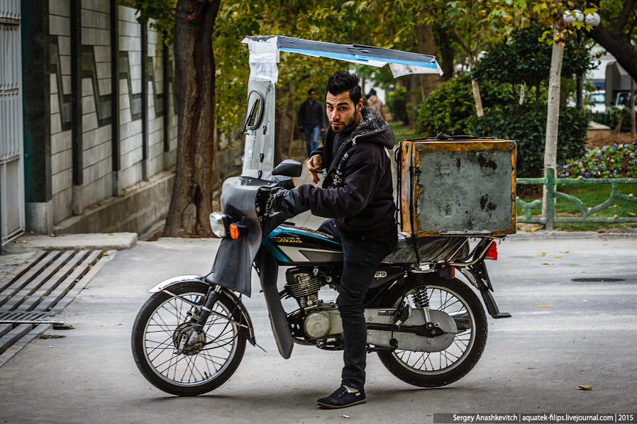 33. Многие тегеранские мотоциклисты серьезно дорабатывают свои мотоциклы, наращивая лобовое стекло и