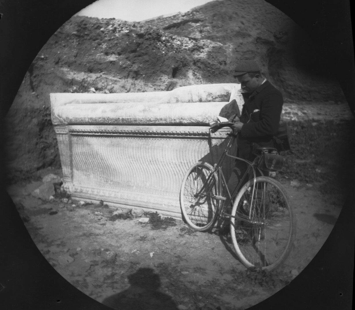 Уильям Захтлебен рядом с римским саркофагом в районе улицы Гробниц