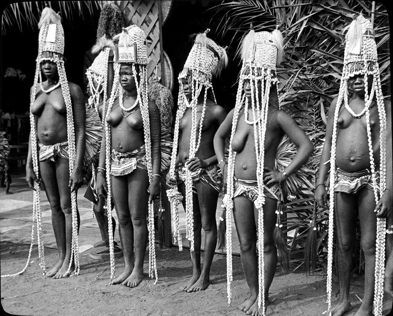 Берег Слоновой Кости. Абиджан. Танцовщицы народности конга