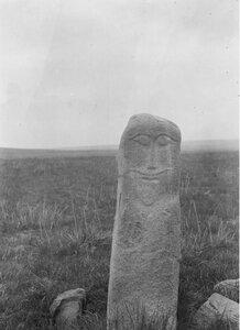 Долина реки Агиас. Каменная колонна с вырезанным человеческим лицом на левом берегу реки Агиас