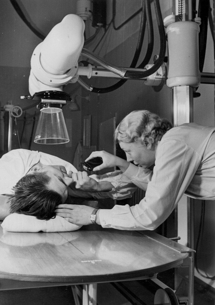 Гамбург. Больница Эппендорф. Медсестра делает рентген пациенту