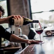 Наливать вино в бокал