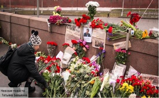 28/03/2015 Восстановленный Мемориал Борису Немцову на мосту в месте убийства