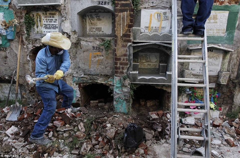 Картинки по запросу В Гватемале трупов выселяют из собственных склепов