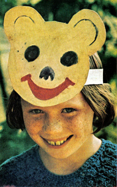 087 Девочка в одном из летних пионерских лагерей под Новосибирском. Автор статьи написал ''она улыбалась так же широко, как и медвежонoк нa ее маскe''.jpg
