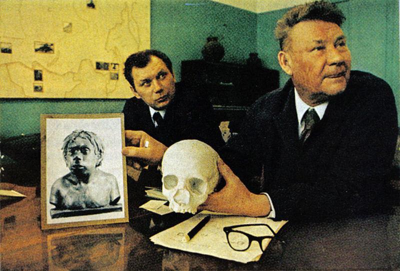 091 Академик А.П.Окладников (справа). Череп и реконструкция неандертальца, жившего в Узбекистане 40 000 лет назад.jpg