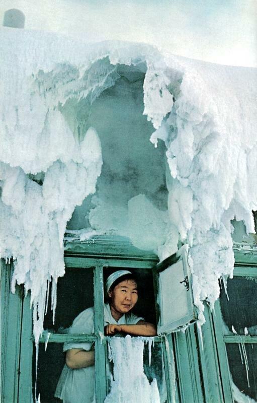 159 Окно столовки в Оймяконе. Влага немедленно замерзает, образую причудливые наросты.jpg