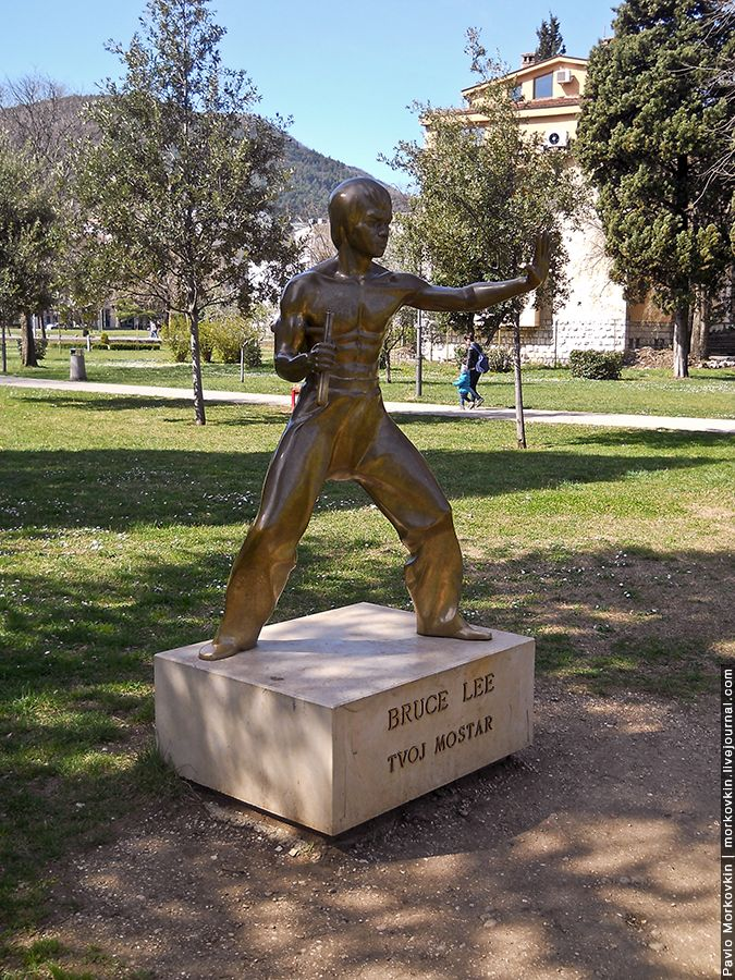 Памятник Брюсу Ли в Мостаре