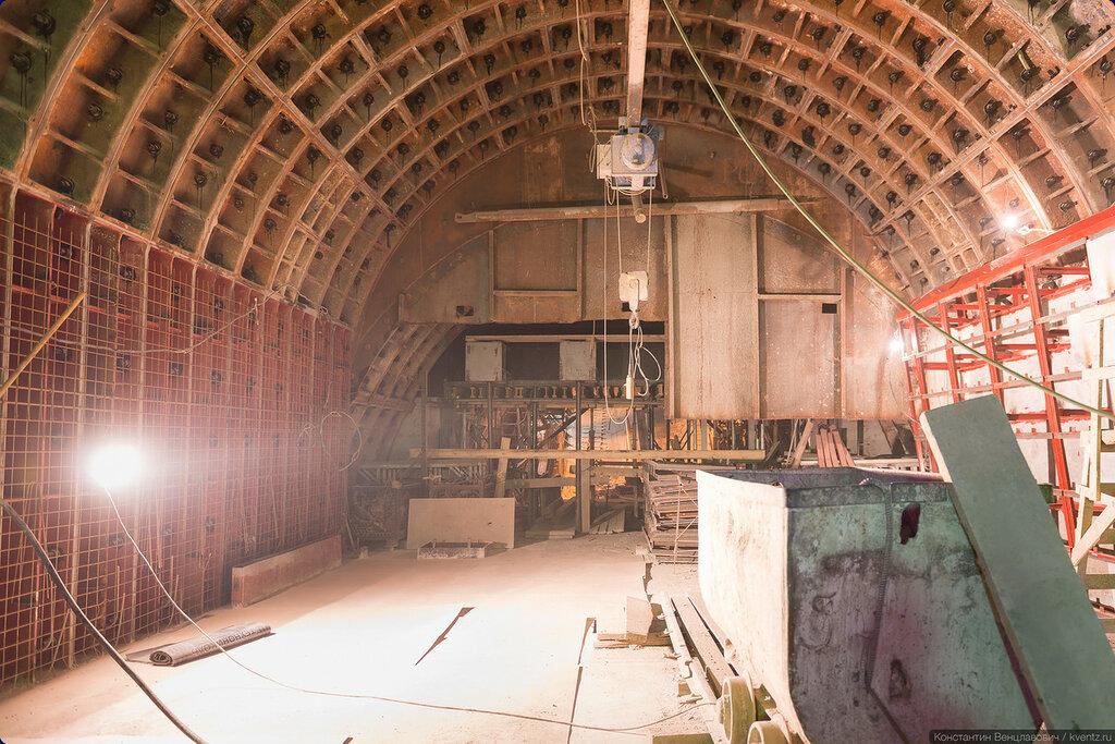 Торец станции, вдали виден наклон