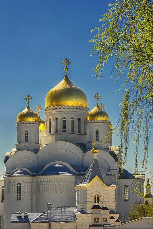 Золотые в небе купола...