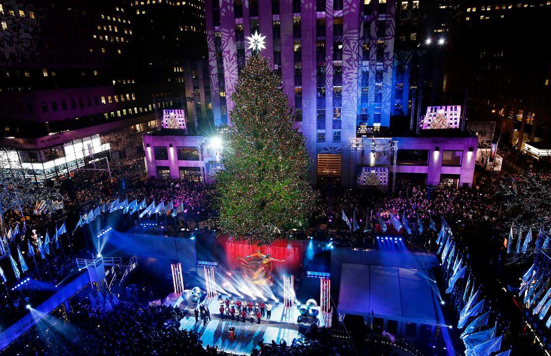 Певцы, которые стоят прямо в ёлке, репетируют рождественскую песню в городе Маскегон, США. (Фото: Na