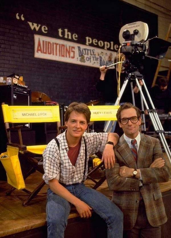 Майкл Дж. Фокс и музыкант Хьюи Льюис во время съемок «Назад в будущее», 1984 год
