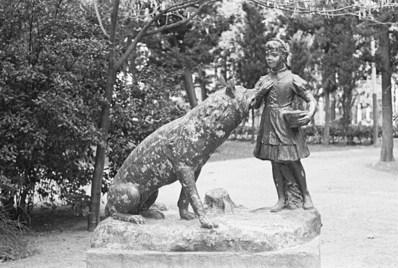 04. Парковая скульптура «Красная Шапочка и Серый Волк».jpg