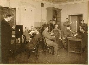 Офицеры во время практических занятий с измерительными приборами