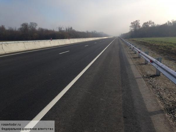 Сильный ветер снёс с дороги в Дагестане две