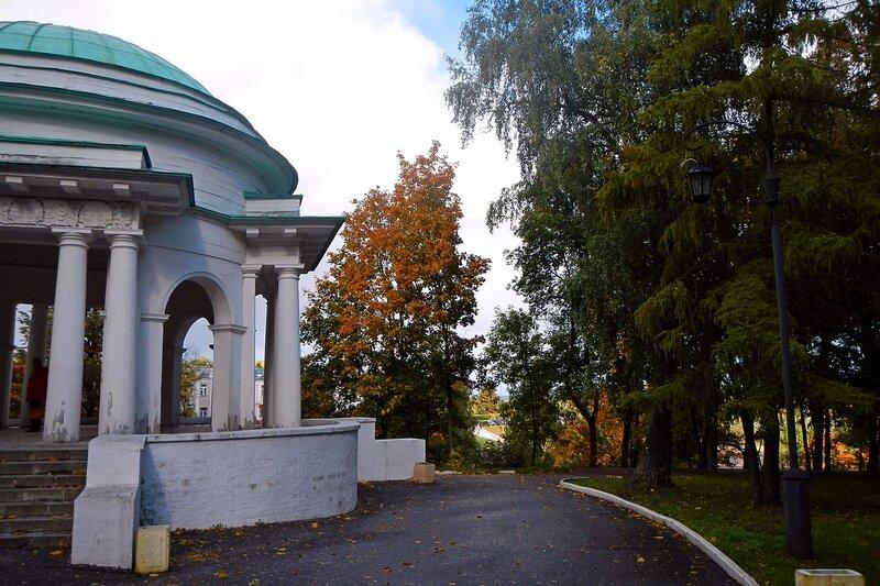 Осень в Александровском саду: центральная ротонда и аллея