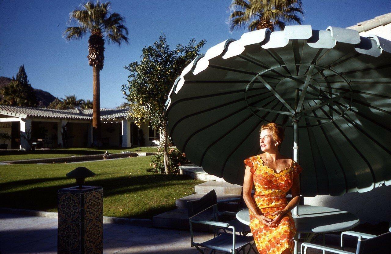 1960. Палм-спрингс. Под зонтиком