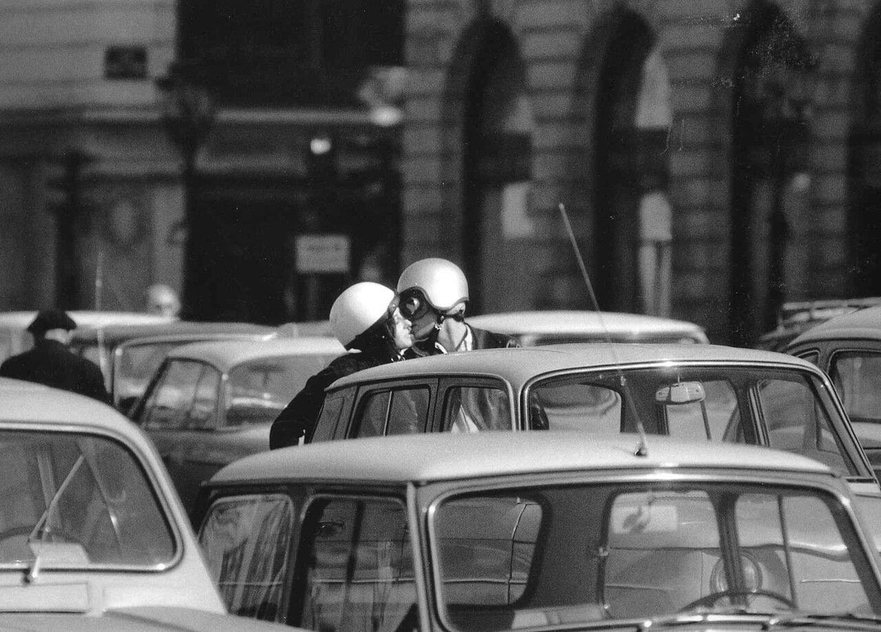 1966. Поцелуй в касках