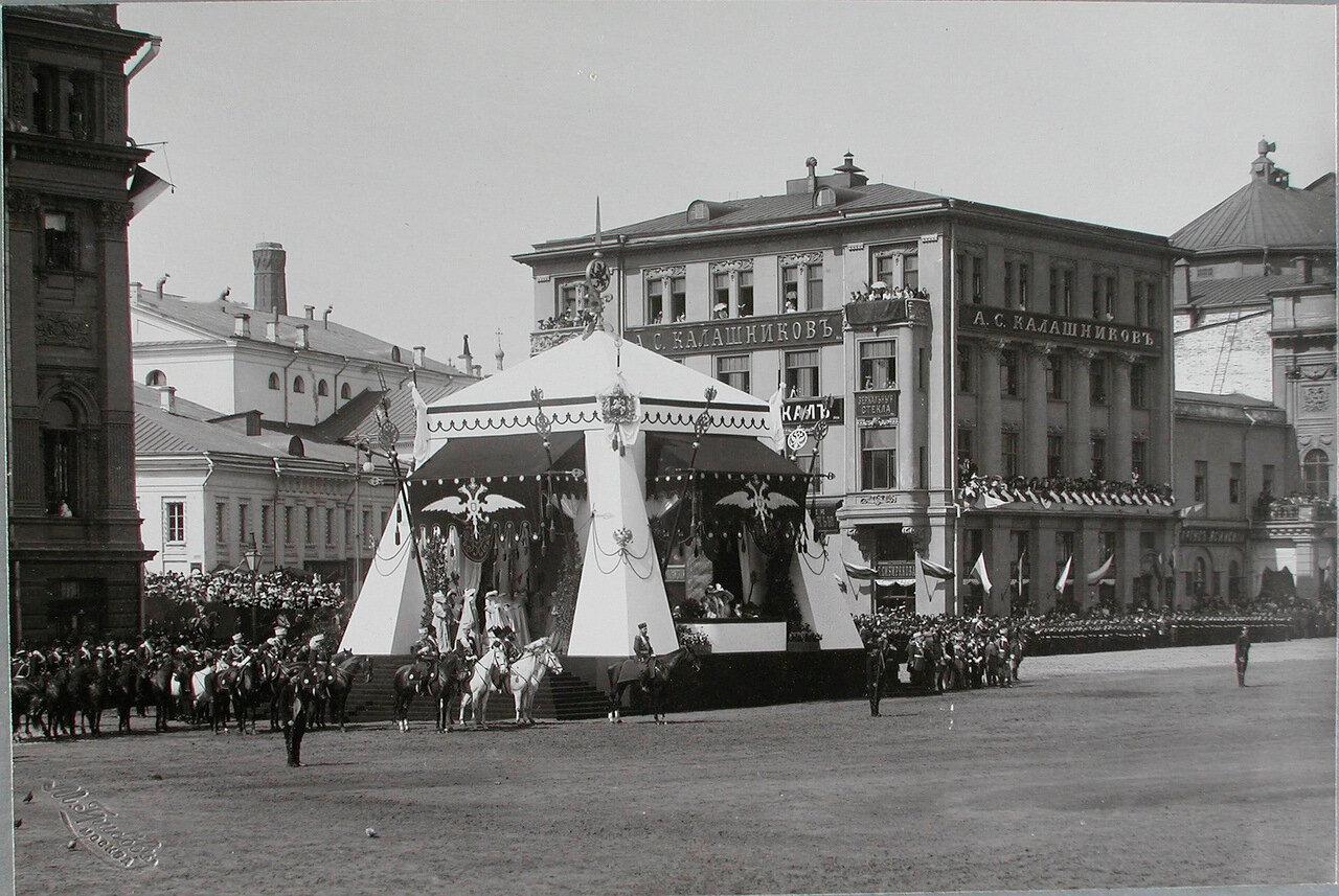 06. Император Николай II, в царской палатке, министр Императорского Двора барон В. Б. Фредерикс перед началом смотра