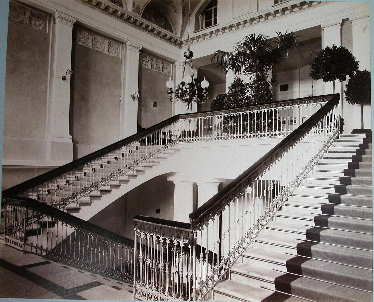 04. Вид главной лестницы в вестибюле Первой Киевской гимназии
