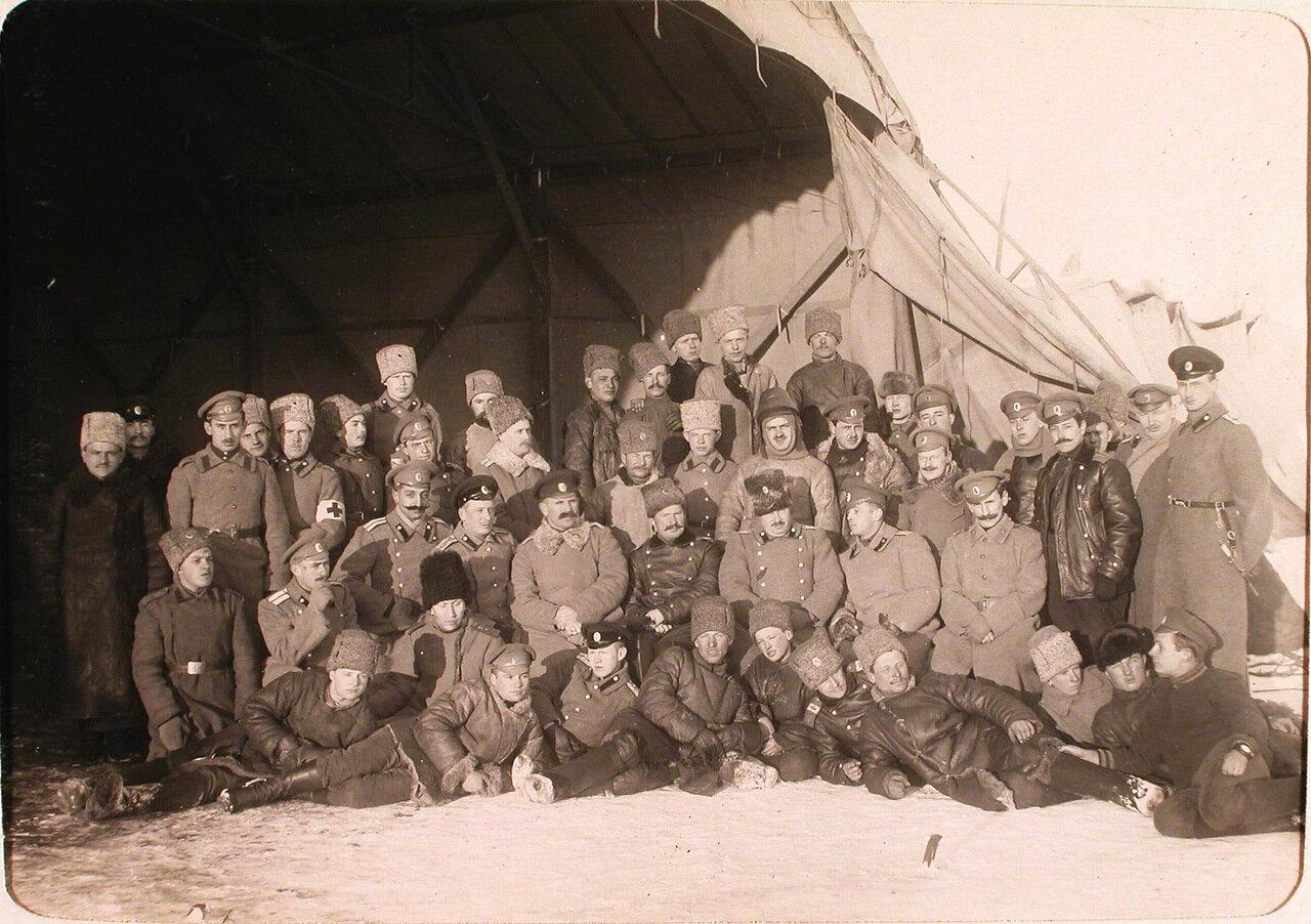 32. Группа офицеров роты, команды аэродрома и летчиков-учеников перед отъездом заведующего аэродромом