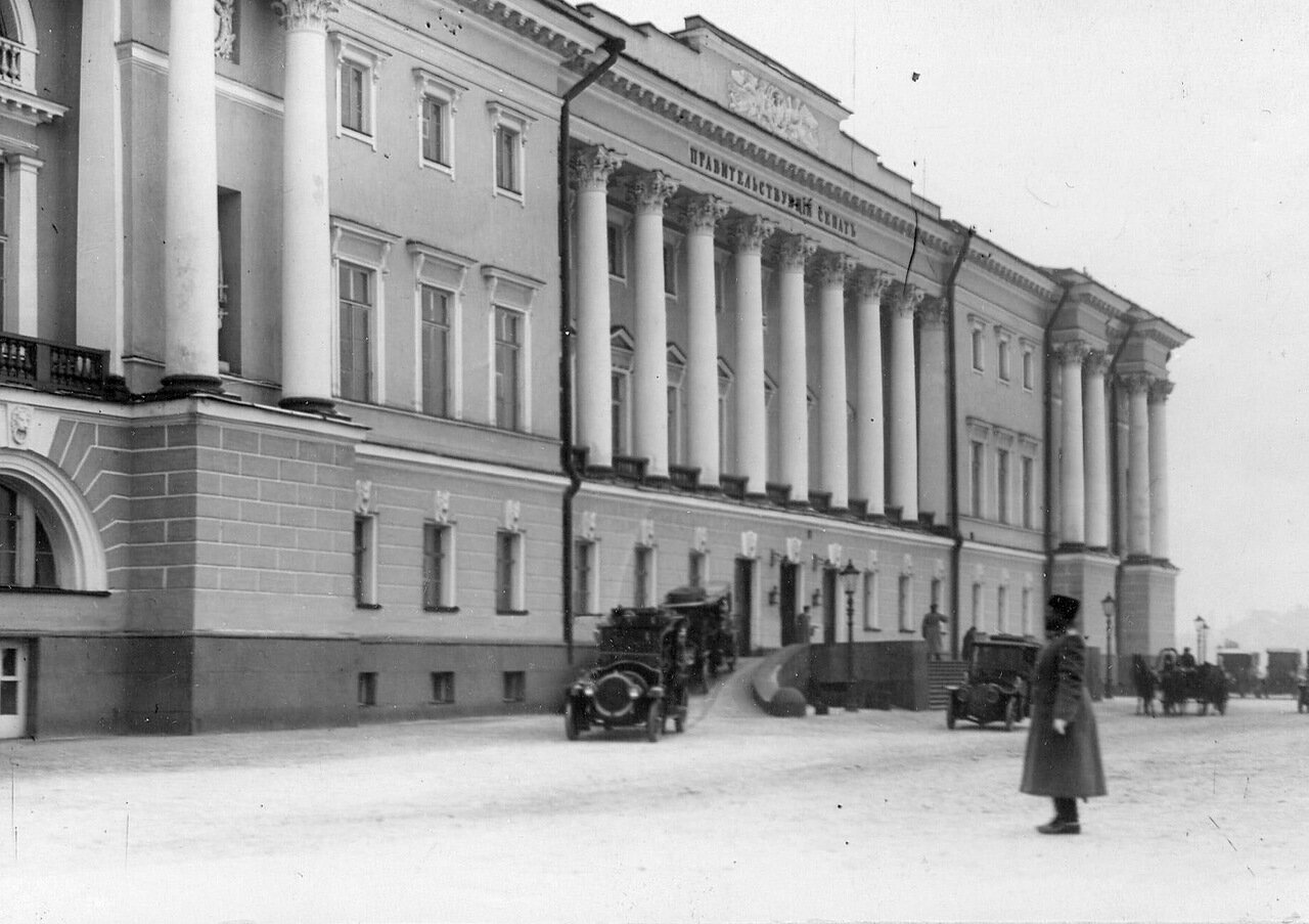 03. Автомобили у подъезда здания Сената. 1911