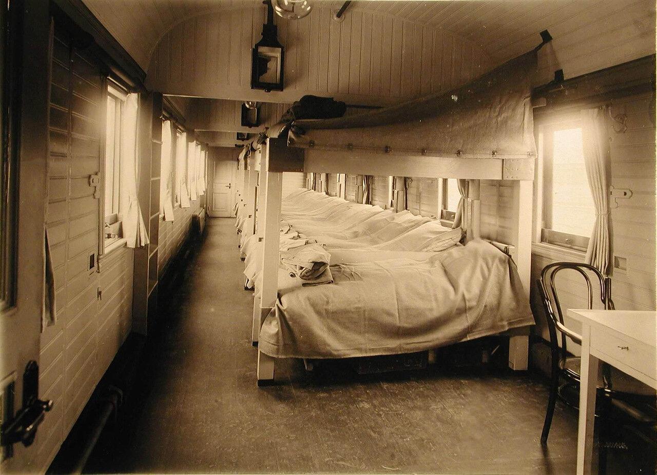 06. Внутренний вид одного из вагонов III класса со станками Коптева без рессор (полное оборудование для раненых на ночь)