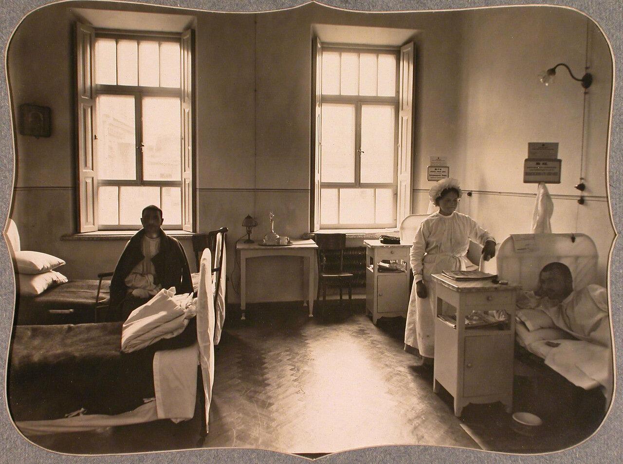 42. Раненые и сестра милосердия в четырехместной палате для нижних чинов лазарета общины