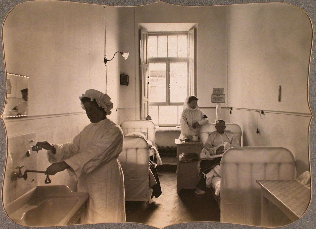 46. Раненые и сестры милосердия в двухместной палате для нижних чинов лазарета общины