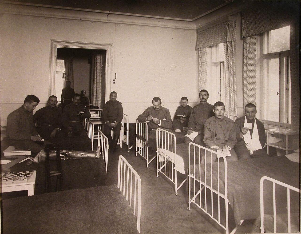 14. Группа нижних чинов призреваемых в убежище в спальне