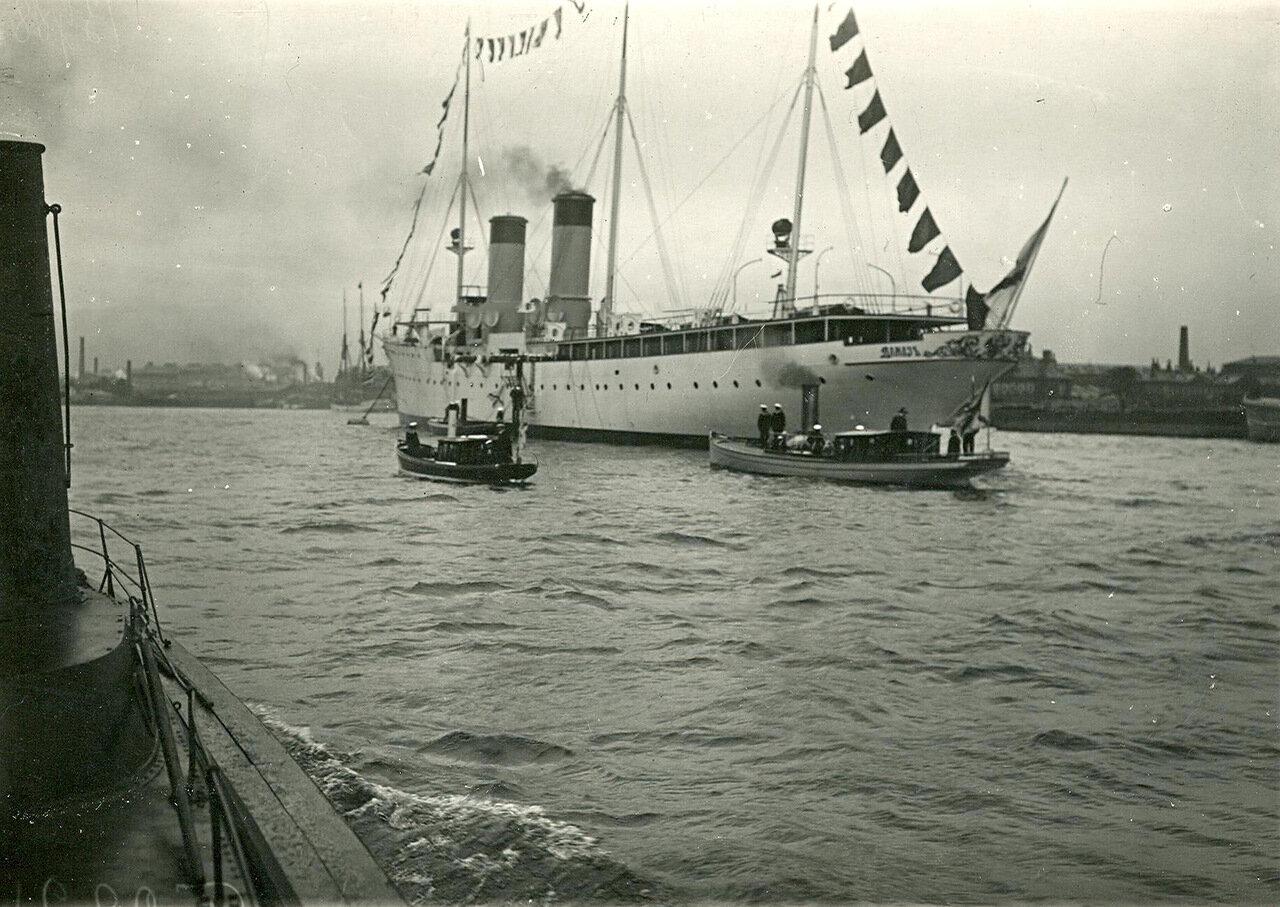 02. Общий вид крейсера 2-го ранга «Алмаз», разукрашенного флагами во время спуска на воду у дока завода. 2 июня 1903 года